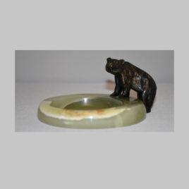 Bärenfigur auf Marmorschale
